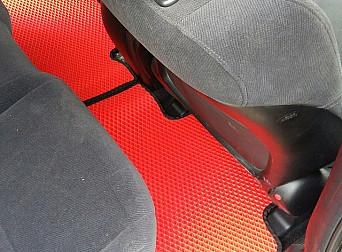 Красные коврики с черным кантом для пассажиров