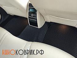 Черные коврики в светлом салоне автомобиля