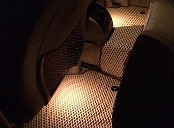 Бежевые автомобильные коврики в салоне с подсветкой